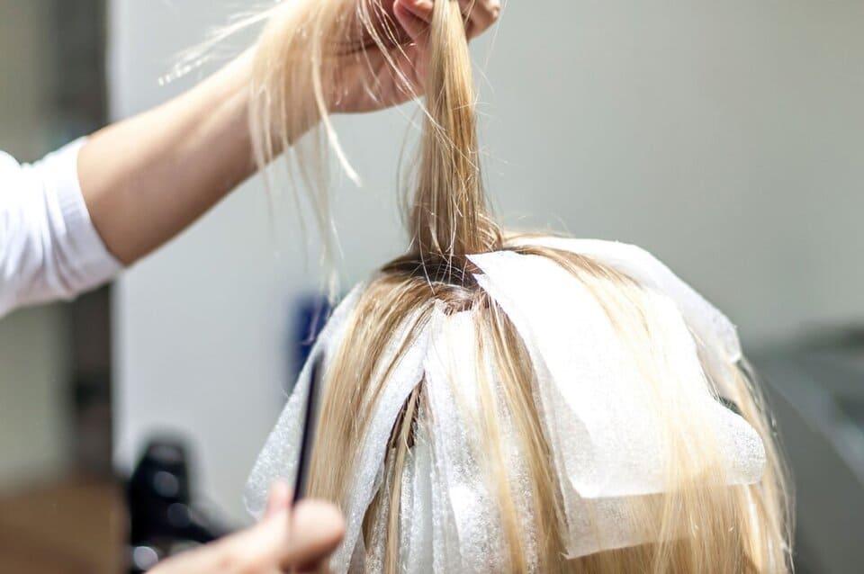 Många blekmedel eller andra produkter som används för att bleka hår innehåller också ammoniak